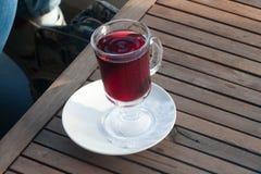 Szkło z rozmyślającym winem na stole w kawiarni troszkę Fotografia Stock
