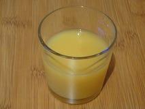 Szkło z sokiem pomarańczowym przy stroną obrazy stock