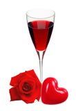 Szkło z wina, serca i czerwieni różą odizolowywającą na bielu, Obraz Royalty Free