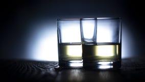 Szkło z wodą na ciemnym kolorowym tle obraz stock
