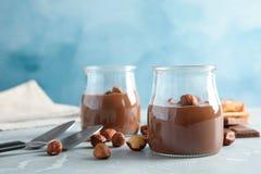 Szkło zgrzyta z smakowitą czekoladową śmietanką słuzyć zdjęcie stock