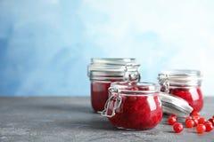 Szkło zgrzyta z smakowitym cranberry kumberlandem na stole fotografia stock