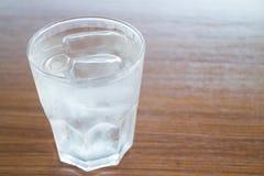 Szkło zimna woda na drewnianym stole Fotografia Royalty Free
