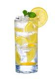 Szkło Zimny cytryna napój z lodem odizolowywającym na bielu Obrazy Stock