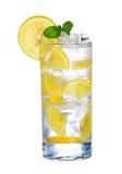Szkło Zimny cytryna napój z lodem odizolowywającym na bielu Zdjęcie Royalty Free