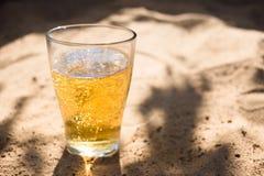 szkło Zimny piwo na plażowym piasku fotografia royalty free