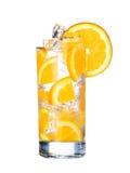 Szkło Zimny pomarańczowy napój z lodem odizolowywającym na bielu Fotografia Stock
