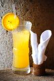 Szkło zimny sok pomarańczowy na pielusze od łozinowy matować Zdjęcia Stock