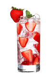 Szkło Zimny truskawkowy napój z lodem odizolowywającym na bielu Fotografia Royalty Free