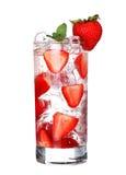 Szkło Zimny truskawkowy napój z lodem odizolowywającym na bielu Zdjęcia Royalty Free