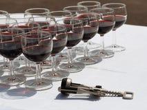 Szkła czerwone wino i corkscrew Obrazy Royalty Free