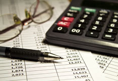Szkła, kalkulator i pióro na papierze, Obraz Stock