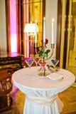 Szk?a malinki, truskawki, czernicy Galowy go?? restauracji w luksusowej restauracji obrazy royalty free