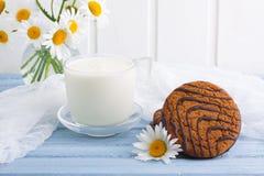 Szkło dojni owsów ciastka z czekoladowym bukietem chamomiles Zdjęcie Royalty Free