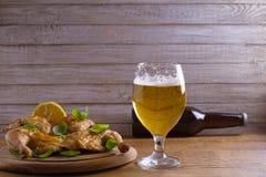 Szkło i butelka piwo i spatchcock kurczak Piec i soczysty kurczak jest dobrym jedzeniem szkło ale Obraz Royalty Free