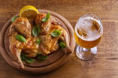 Szkło i butelka piwo i spatchcock kurczak Piec i soczysty kurczak jest dobrym jedzeniem szkło ale Obrazy Stock