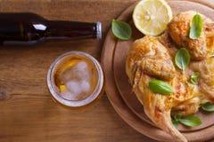 Szkło i butelka piwo i spatchcock kurczak Piec i soczysty kurczak jest dobrym jedzeniem szkło ale Zdjęcie Stock