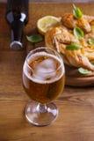 Szkło i butelka piwo i spatchcock kurczak Piec i soczysty kurczak jest dobrym jedzeniem szkło ale Obraz Stock