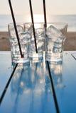 Szkło lód na stole przy zmierzchu latem Zdjęcia Stock