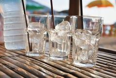 Szkło lód na stole przy zmierzchu latem Obrazy Stock