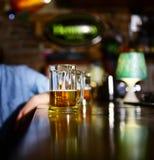 Szkło lekki piwo na drewnianym baru kontuarze Zdjęcie Royalty Free