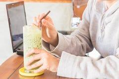 Szkło lukrowy zielonej herbaty latte Zdjęcia Stock