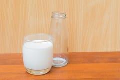 szkło mleko i butelka pusty mleko na drewnianym backgrou Zdjęcie Royalty Free
