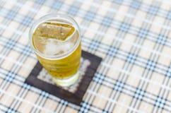 Szkło piwo od odgórnego widoku zdjęcia stock