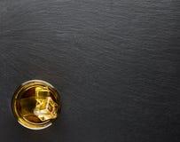 Szkło whisky z lodem na czarnym tle Obrazy Royalty Free