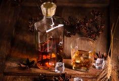 Szkło whisky z lodowym dekantatorem na drewnianym stole Obrazy Royalty Free