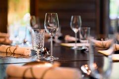 Szkło wino umieszcza na obiadowym stole Zdjęcie Stock