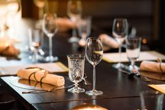 Szkło wino umieszcza na obiadowym stole Obrazy Royalty Free