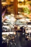 Szkło wino umieszcza na obiadowym stole Zdjęcie Royalty Free