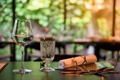 Szkło wino umieszcza na obiadowym stole Zdjęcia Stock