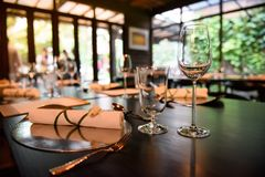 Szkło wino umieszcza na obiadowym stole fotografia stock