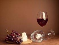 Szk?o wino wi?zka czerwonego winogrona plasterka zmroku serowy t?o kosmos kopii Wci?? ?ycie stylu zmrok Selekcyjna ostro?? obraz stock