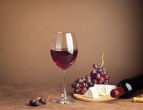 Szk?o wino wi?zka czerwonego winogrona plasterka zmroku serowy t?o kosmos kopii Wci?? ?ycie stylu zmrok Selekcyjna ostro?? zdjęcia royalty free