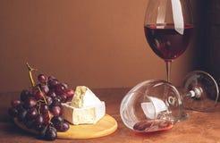 Szk?o wino wi?zka czerwonego winogrona plasterka zmroku serowy t?o kosmos kopii Wci?? ?ycie stylu zmrok Selekcyjna ostro?? fotografia royalty free