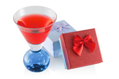 Szkło z alkoholicznym napojem i prezentami Zdjęcie Royalty Free