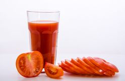 Szkło z pomidorowym sokiem i pokrojonym pomidorem Fotografia Stock