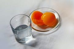Szkło z wody i syropu brzoskwiniami zdjęcie stock