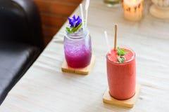 Szkła Truskawkowy smoothie i grochu cytryny sok Zdjęcie Stock