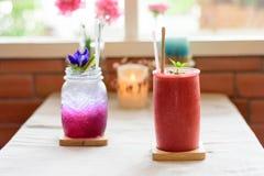 Szkła Truskawkowy smoothie i grochu cytryny sok Fotografia Royalty Free
