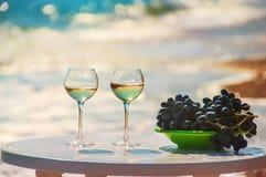 Szkła wino i winogrona na tle morze Zdjęcia Royalty Free
