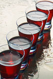 Szkła wino na mokrym lustrze. Zdjęcie Stock