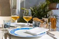 Szkła wino na stole Obraz Royalty Free