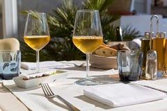 Szkła wino na stole Fotografia Royalty Free