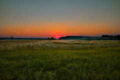 Szkarłat świtu, miękka część kolory, pole, las, słońce, lato fotografia royalty free