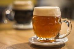 Szkiców piwa z ceramiczną piwo matą Zdjęcia Stock