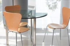 Szkieł krzesła przy kuluarowym terenem i stół Obraz Royalty Free